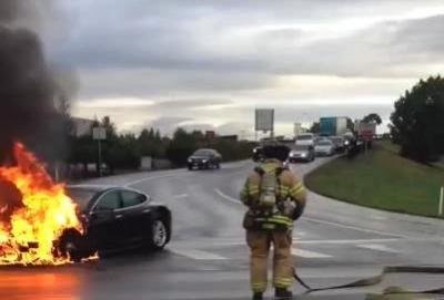 Tesla, una Model S prende fuoco dopo un incidente