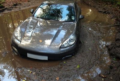 Capitano inglese U 21 abbandona la sua Porsche Panamera Turbo nel fango