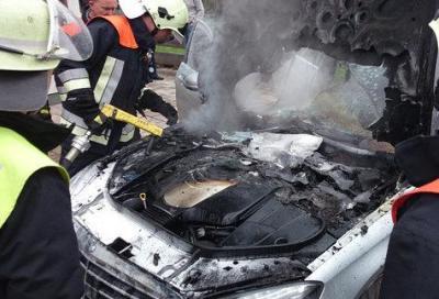 Mercedes, una nuova Classe S prende improvvisamente fuoco