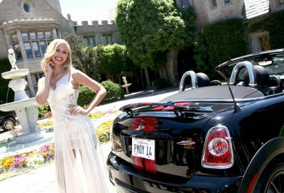 La playmate dell'anno Kennedy Summers riceve una Mini Roadster JCW