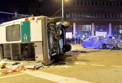 Collaudatore BMW sulla prossima Serie 7 investe ...Sprinter della Polizia