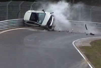 Nurburgring: spaventoso incidente per una A45 AMG