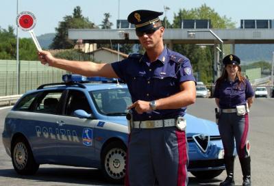 Smartphone alla guida: si pensa al ritiro immediato della patente