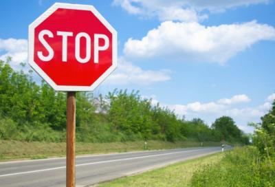 Cartello Stop: fermarsi è d'obbligo
