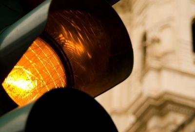 Semaforo: multa valida anche con durata giallo troppo corta