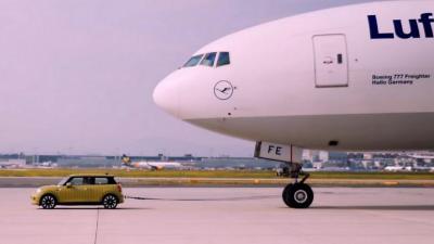 Mini Cooper S E: capace di trainare un Boeing 777F