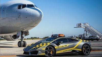 Una Lamborghini Huracán RWD si aggira per l'aeroporto di Bologna
