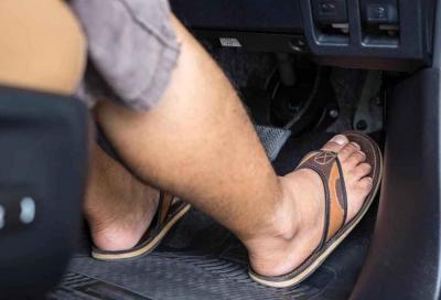 Guidare a piedi scalzi: si può o no? Cosa dice la legge?