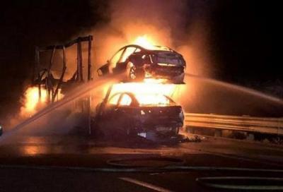 Tesla: prende fuoco una bisarca carica di Model 3 e Model S