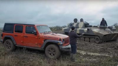 Jeep Wrangler vs carroarmato: nel fango chi la vince?