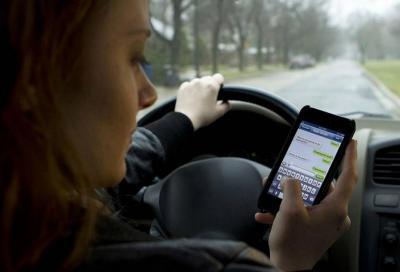 Multa per smartphone alla guida: approvate o no le nuove sanzioni da 1.700 euro?