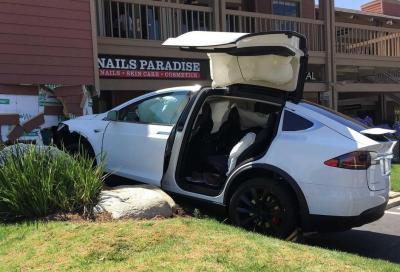 Tesla: in Usa svariati casi di accelerazione involontaria