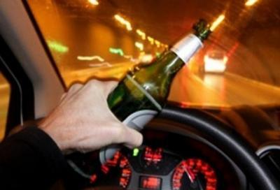 Guida ubriaco in autostrada, causando un incidente. Il giudice lo assolve!