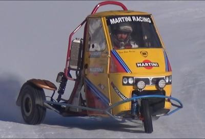 Un Piaggio Ape con motore Triumph di traverso su ghiaccio e neve