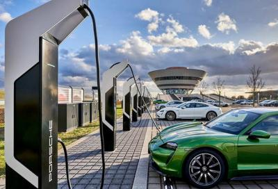 """Porsche: la colonnina di ricarica """"schizza"""" a 350 kW"""