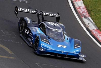 Volkswagen I.D R vs McLaren 720s: per la inglese non c'è scampo