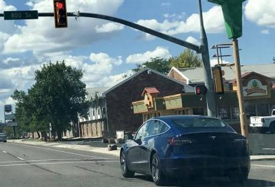 Tesla Model 3: ora si ferma da sola al semaforo rosso
