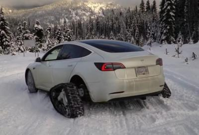 Tesla Model 3: si arrampica sulla neve come una motoslitta