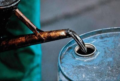 Petrolio a picco ma il prezzo dei carburanti non scende