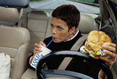 Mangiare mentre si guida: cosa dice la legge?