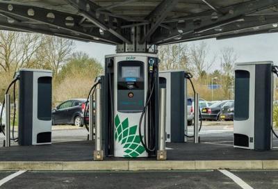 Auto elettriche: il Governo accelera per le colonnine nei benzinai