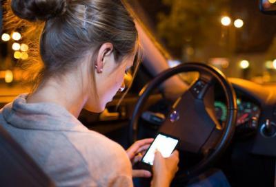 Smartphone alla guida: nuove sanzioni da 1.700 euro e ritiro immediato della patente?