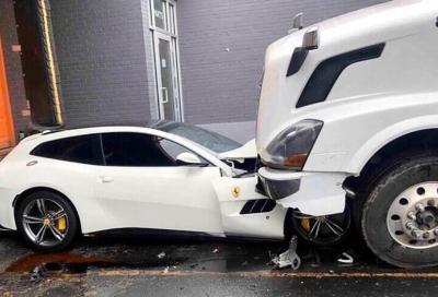 Una Ferrari GTC4 Lusso è stata accartocciata da un camion a 18 ruote