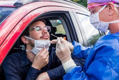 Auto, nuova vita: dal drive-in al tampone