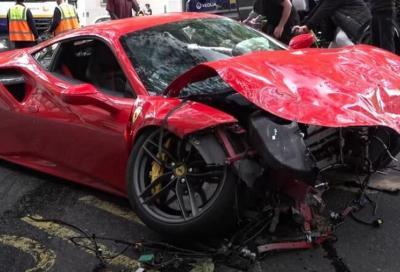 Ferrari 488 GTB vs autobus: a perdere è la sportiva del Cavallino