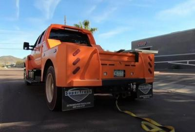 Tesla Roadster vs Ford F650: il tiro alla fune ha dell'incredibile