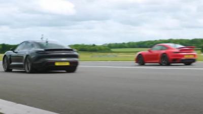 Porsche 911 Turbo S vs Taycan Turbo S: il passato sfida il futuro