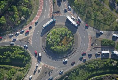 Come guidare nelle rotonde: regole e normative per un corretto utilizzo