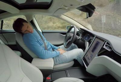 Dorme a bordo della sua Model S con l'Autopilot attivo a 150 km/h
