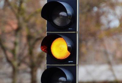 Meglio non oltrepassare l'incrocio quando il semaforo è giallo