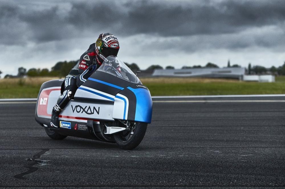 Motociclista acostado sobre la moto a 120 km/h - YouTube