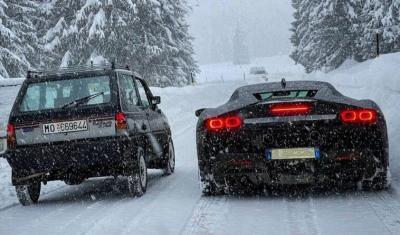Chi la spunta su neve tra una Panda 4x4 e una Ferrari SF90?