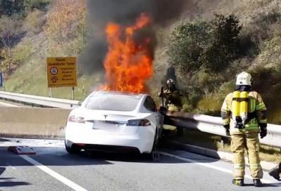 Incendi auto elettriche: come ci si deve comportare?