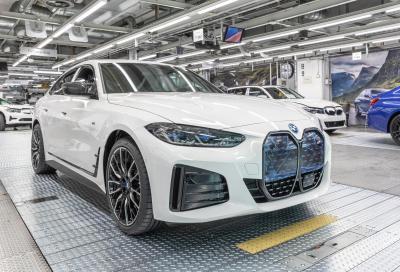BMW, la prima i4 esce dallo stabilimento di Monaco